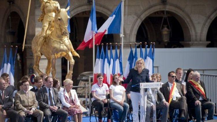 La présidente du Front national prononce un discours devant la statue de Jeanne d'Arc, le 1er mai 2011. (AFP - Bertrand Langlois)