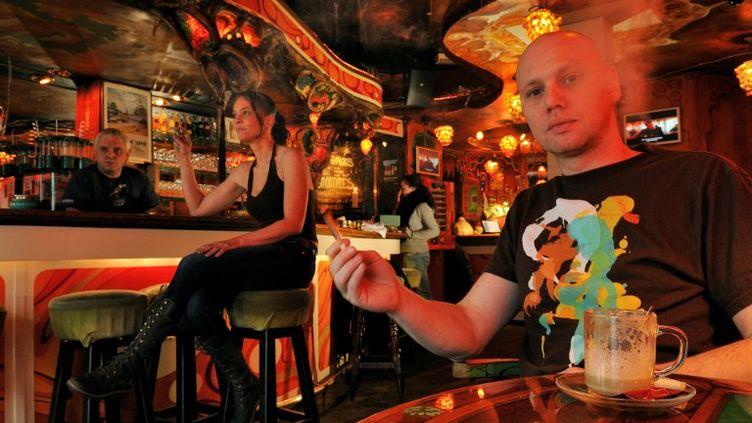 Le manager d'un coffee shop à Amsterdam (Pays-Bas), le 6 juillet 2008. (RABOUAN JEAN-BAPTISTE / HEMIS.FR)