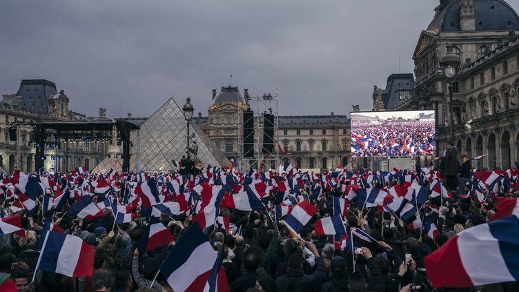 Les supporters d'Emmanuel Macron réunis sur l'esplanade du Louvre, à Paris, le 7 mai 2017. (DENIS MEYER / HANS LUCAS)