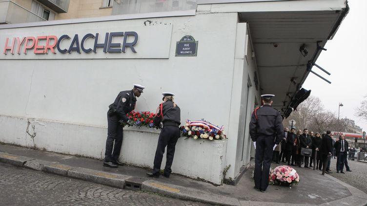 Une commémoration devant l'Hyper Cacher de la porte de Vincennes en mémoire aux victimes des attentats de janvier 2015,le 7 janvier 2020. (MAXPPP)