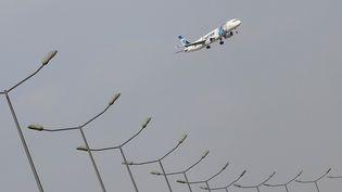Un avion d'Egyptair décolle de l'aéroport du Caire (Egypte), jeudi 19 mai 2016. (AMR DALSH / REUTERS)