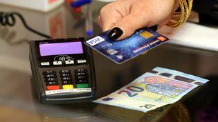 Le plafond du paiement sans contact va être relevé à 30 euros à l'automne 2017. (MAXPPP)