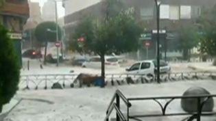 La région de Madrid (Espagne) a connu de violents orages lundi 26 août. Les rues se sont transformées en torrents en quelques minutes. (CAPTURE ECRAN FRANCE 2)