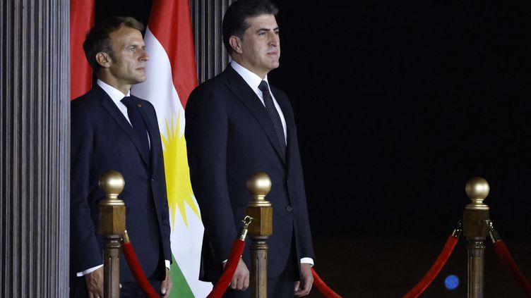 Le président français Emmanuel Macron et son homologue de la région irakienne autonome du KurdistanNechirvan Barzani lors de l'arrivée officielle du Français à l'aéroport d'Arbil au Kurdistan le 29 août 2021. (LUDOVIC MARIN / AFP)