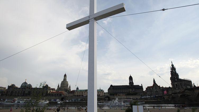 Un croix géantes installée dans le centre de Dresde (Allemagne), le 4 juin 2014. (THOMAS PETER / REUTERS)