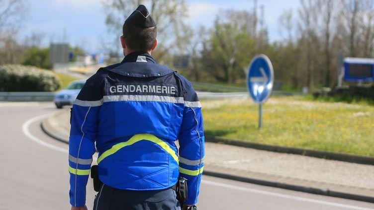 Un gendarme, le 25 mars 2020 à Tain-L'Hermitage (Drôme). (NICOLAS GUYONNET / HANS LUCAS / AFP)