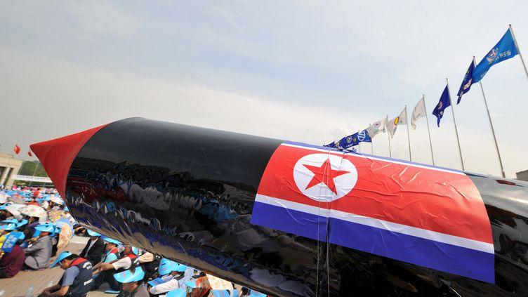 Une réplique de missile nord-coréen brandi par des manifestants sud-coréens, en juin 2009, pour protester contre des tirs de missiles. (KIM JAE-HWAN / AFP)
