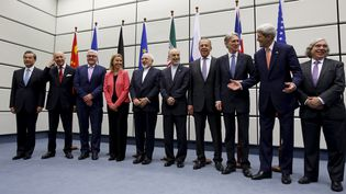 Les représentants des six grandes puissances (Chine, Etats-Unis, France, Royaume-Uni, Russie et Allemagne) et de l'Iran réunis à Vienne (Autriche), le 14 juillet 2015, après l'accord trouvé sur le nucléaire iranien. (CARLOS BARRIA / REUTERS)