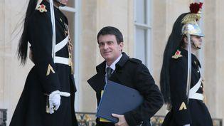 Manuel Valls sur le perron de l'Elysée, le 15 février 2016. (JACQUES DEMARTHON / AFP)