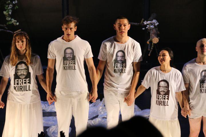 """Le soir de la Première d'""""Outside"""", aux saluts, les comédiens arborent un tee shirt """"Free Kirill"""" (Sophie Jouve)"""