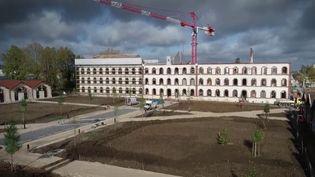 D'anciennes casernes de l'armée sont réhabilitées et transformées en logements atypiques et chargés d'histoire. (France 2)