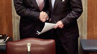 Colin Powell,alors secrétaire d'Etat américain, en compagnie de Joe Biden, alors secrétaire dela Commission des affaires étrangères duSénat, le 26 septembre 2002, à Washington. (SHAWN THEW / AFP)