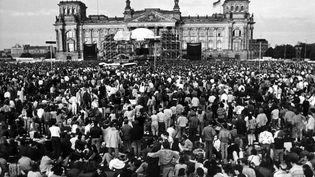 Le 6 juin 1987, des milliers de personnes attendent la montée de David Bowie sur scène devant le Reichstag, à Berlin-Ouest. (CHRIS HOFFMANN / DPA)