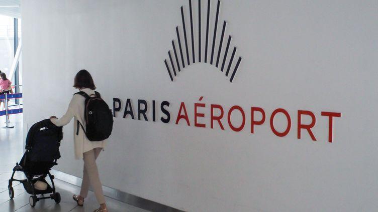 Une passagère à l'aéroport parisien d'Orly (Val-de-Marne), le 11 août 2019. (RICCARDO MILANI / HANS LUCAS / AFP)