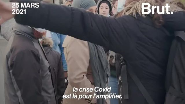 """Femmes, hommes et enfants, ils dorment dans la rue. Quatre mois après l'évacuation violente du camp place de la République à Paris, des associations les ont aidés à s'y installer de nouveau ce 25 mars. Car, selon elles, """"rien n'a changé""""."""