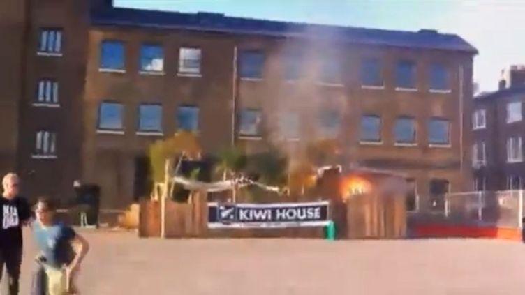 L'explosion de deux bouteilles de gaz utilisées pour un barbecue a mis le feu à une paillote construite à l'arrière de l'espace de convivialité néo-zélandais aménagé à Londres pendant les Jeux olympiques, le 8 août 2012. (FTVI / APTN)