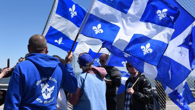 """Des militants du mouvement """"Québec libre"""" lors du sommet du G7 à La Malbaie (Québec) le 9 juin 2018. Illustration. (MARTIN OUELLET-DIOTTE / AFP)"""