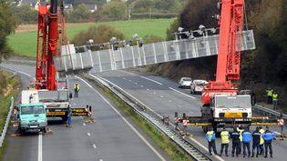 Le portique écotaxe de Pont-de-Buis-lès-Quimerch (Finistère) a été démonté sous la supervision des forces de police, jeudi 31 octobre 2013, en prévision de la manifestation de samedi. (FRED TANNEAU / AFP)
