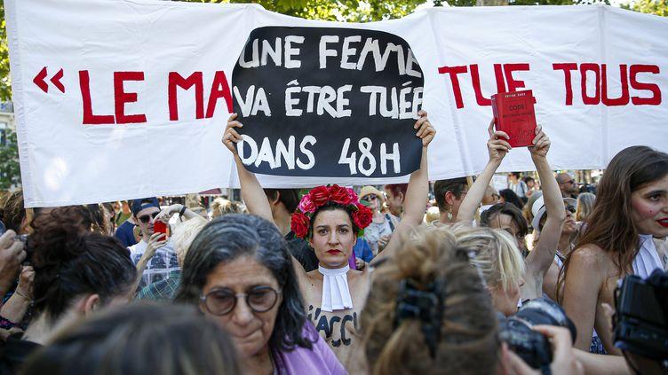 Rassemblement autour des familles de victimes de féminicides, place de la République à Paris, le 6 juillet 2019. (SEBASTIEN MUYLAERT / MAXPPP)