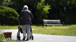 Une femme âgée, résidente d'un Ehpad dans le Finistère, le 23 juillet 2020 (photo d'illustration). (FRED TANNEAU / AFP)