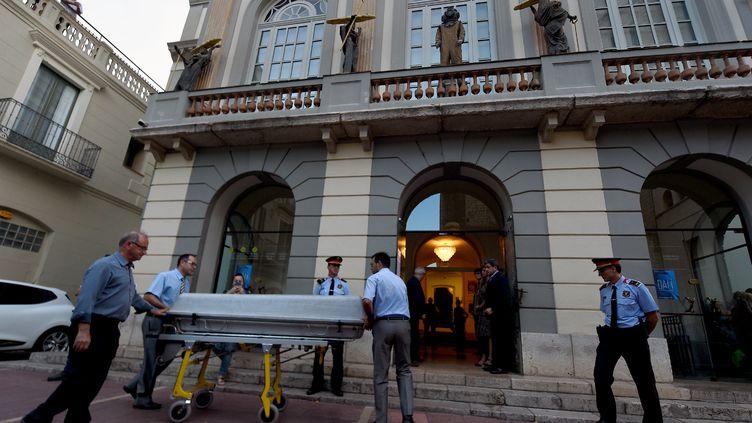 Le cerceuil de Dali emmené pour l'exhumation du corps du peintre. (LLUIS GENE / AFP)