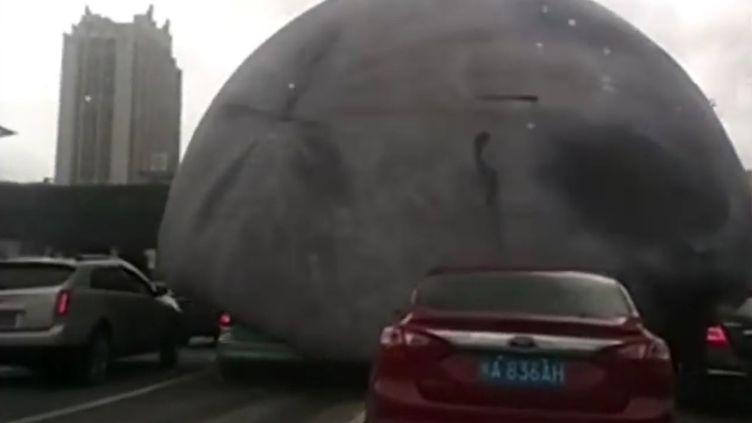 Capture d'écran d'une vidéo montrant un ballon géant en forme de lune dans les rues de la ville de Fuzhou (Chine), le 14 septembre 2016. (APTN)