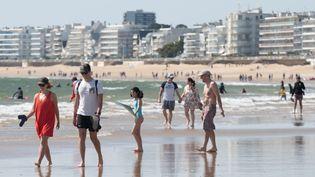 Les habitants de Pornichet (Loire-Atlantique) profitent de la plage pendant le premier week-end de déconfinement, le 16 mai 2020. (ESTELLE RUIZ / NURPHOTO / AFP)