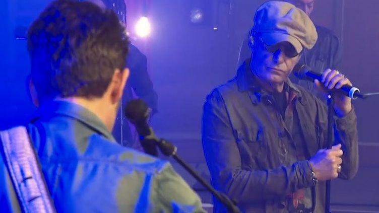 Gérard Lanvin face à son fils Manu lors d'un concert filmé à huis-clos au Havre (Seine-Maritime), avril 2021 (J. BAEZA M. WEBER A. DELAHAYE / FRANCE 3 NORMANDIE)