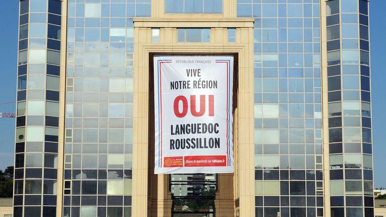 Une bannière contre la fusion du Languedoc-Roussillon et de Midi-Pyrénées, le 11 juin 2014 sur l'hôtel de région à Montpellier (Hérault). (SYLVAIN THOMAS / AFP)