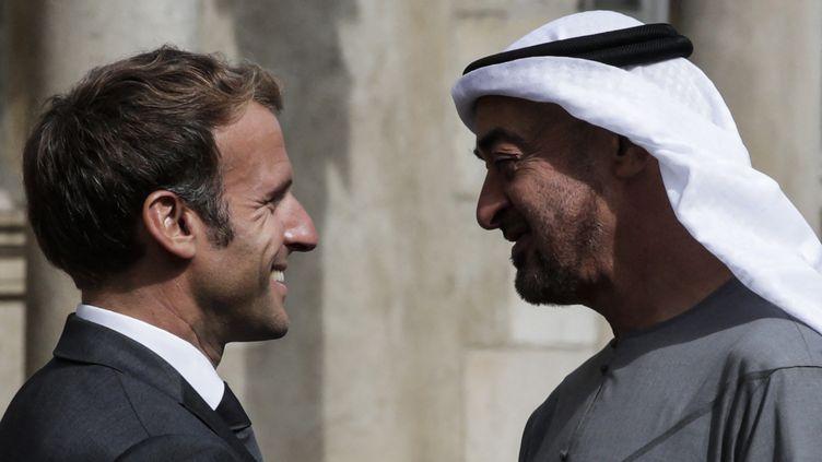 Emmanuel Macron accueille le prince héritier d'Abu Dhabi Mohammed bin Zayedà son arrivée au château de Fontainebleau, le 15 septembre 2021. (STEFANO RELLANDINI / AFP)