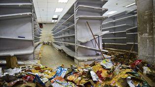 Un magasin saccagé à Caracas, la capitale du Venezuela, le 21 avril 2017. (RONALDO SCHEMIDT / AFP)