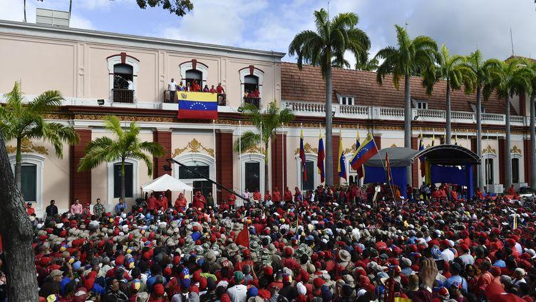 Les deux journalistes étaient en train de filmer le palais présidentiel quand ils ont été arrêtés. (LUIS ROBAYO / AFP)