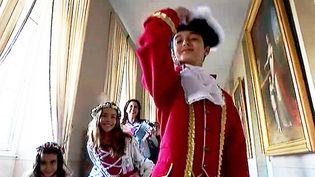 De jeunes visiteurs en costumes d'époque à Fontainebleau  (France 3 / Culturebox)