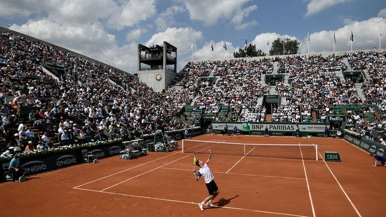 Le Français Richard Gasquet sert lors de son match contre l'Américain Bjorn Fratangelo sur le court Suzanne Lenglen à Roland-Garros, le 24 mai 2016. (PHILIPPE LOPEZ / AFP)