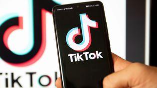 Le logo de l'application TikTok sur un téléphone portable, à Thessalonique, en Grèce, le 1er août 2020. (NICOLAS ECONOMOU / NURPHOTO / AFP)