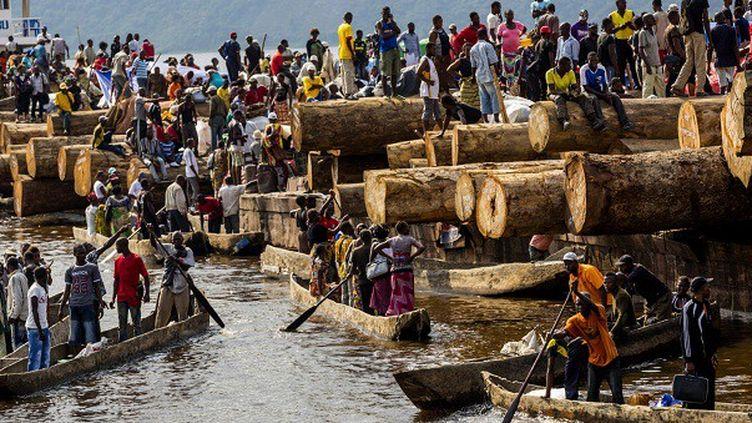 Fleuve Congo, Maluku. Un bateau chargé de rondins de bois et de passagers arrive de Kisangani. Février 2013.  (Pascal Maitre / Cosmos / National Geographic Magazine   )