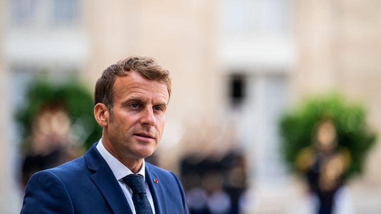 Le président de la République, Emmanuel Macron, dans la cour du palais de l'Elysée, à Paris, le 27 août 2021. (XOSE BOUZAS / HANS LUCAS / AFP)