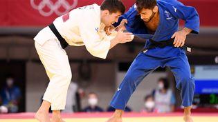 Le judoka français Luka Mkheidze (en bleu) lors du tournoi olympique,le 24 juillet 2021 à Tokyo (Japon). (MILLEREAU PHILIPPE / KMSP / AFP)
