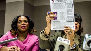 La maire de Flint (à gauche), lors d'une conférence de presse sur l'eau de cette ville du Michigan (Etats-Unis), le 10 décembre 2015. (JAKE MAY / AP / SIPA)