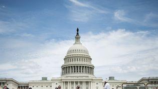 Des touristes devant le bâtiment du congrès américain à Washington (Etats-Unis), le 19 juillet 2014. (BRENDAN SMIALOWSKI / AFP)