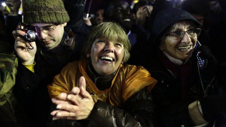 Massés place Saint-Pierre, les fidèles ont accueilli la nouvelle sous un tonnerre de cris et d'applaudissements. (KEVIN COOMBS / REUTERS)