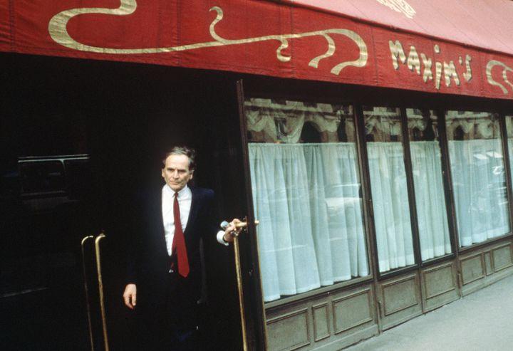 Pierre Cardin sort du restaurant Maxim's peu avant d'acheter l'établissement, le 16 avril 1981. (AFP)