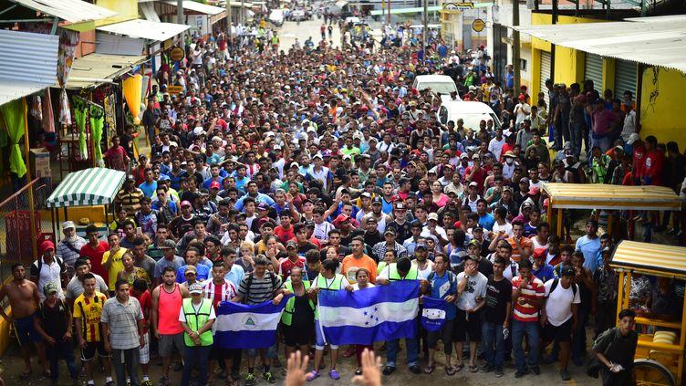 Des migrants honduriens célèbrent leur passage de la frontièreGuatemala-Mexique, àCiudad Hidalgo (Mexique), le 20 octobre 2018. (PEDRO PARDO / AFP)