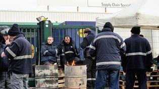 Piquet de grève devant un site du transporteur Mory-Ducros, le 29 janvier 2014, à Lesquin (Nord). (PHILIPPE HUGUEN / AFP)