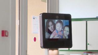Dans un Ehpad de Côte-d'Or, un robot fait le bonheur des personnes âgées, qui ont beaucoup souffert de l'éloignement avec les familles en raison du confinement et des mesures sanitaires. Nono le robot a joué un rôle non négligeable. (CAPTURE D'ÉCRAN FRANCE 3)