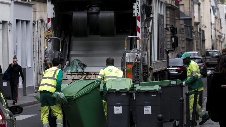 Des éboueurs en train de collecter les ordures ménagères (photo d'illustration). (MAXPPP)