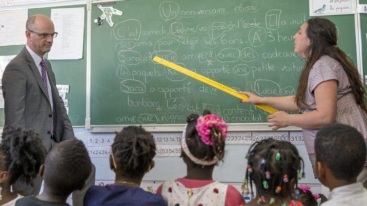 Le nouveau ministre de l'Education nationale, Jean-Michel Blanquer, visite l'école primaire Albert-Camus de Creil (Oise), le 23 mai 2017. (MAXPPP)