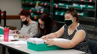 Le personnel des bureaux de vote du comté de Lehigh, en Pennsyvanie, recompte les bulletins par correspondance, le 4 novembre 2020. (RACHEL WISNIEWSKI / REUTERS)