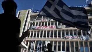 Des manifestations devant le siège de la télévision grecque ERT, à Athènes (Grèce), le 19 juin 2013. (LOUISA GOULIAMAKI / AFP)