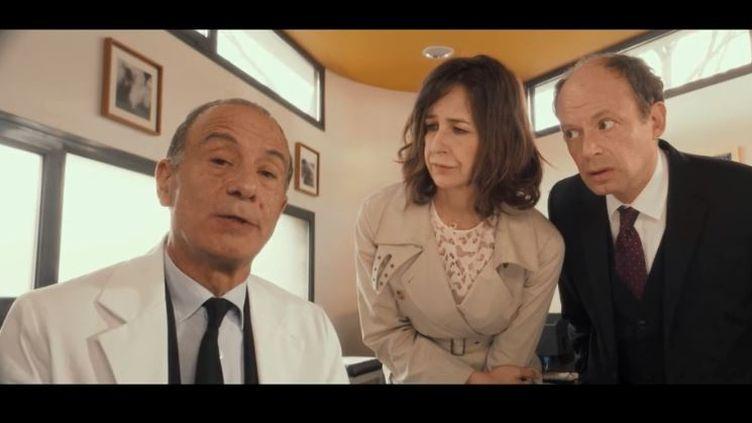 """Mercredi 8 août la suite du film """"Neuilly sa mère"""" sort sur les écrans. Extrait du film. (FRANCE 2)"""